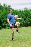 Voetballer die de bal schopt Royalty-vrije Stock Fotografie