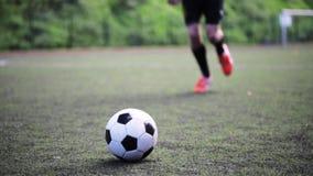 Voetballer het spelen met bal op gebied stock video
