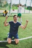 Voetballer het vieren doel tijdens voetbalgelijke Royalty-vrije Stock Afbeeldingen