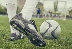 Voetballer in laarzen bij het voetbalstadion Royalty-vrije Stock Foto