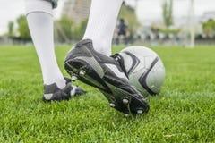 Voetballer in laarzen bij het voetbalstadion Royalty-vrije Stock Afbeelding