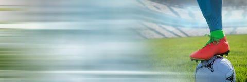 Voetballer op gras met voetbal royalty-vrije stock afbeelding