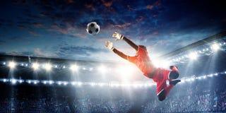 Voetballer op stadion in actie Gemengde media stock afbeelding