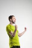 Voetballer in overhemd geïsoleerde selebrate studio stock afbeelding