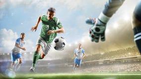 Voetballers in actie betreffende het van het dag grote stadion panorama als achtergrond royalty-vrije stock foto