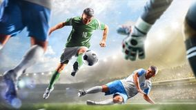 Voetballers in actie betreffende het van het dag grote stadion panorama als achtergrond royalty-vrije stock foto's