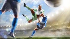 Voetballers in actie betreffende het van het dag grote stadion panorama als achtergrond stock fotografie