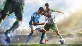 Voetballers in actie betreffende het van het dag grote stadion panorama als achtergrond stock afbeeldingen
