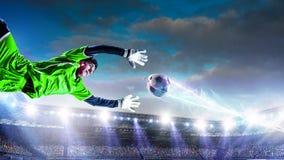 Voetballers op stadion in actie Gemengde media stock fotografie