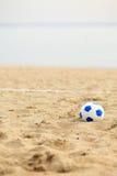 Voetbalpoort en bal, strandvoetbal stock foto