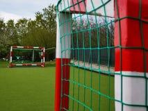 Voetbalpoorten in rood worden geschilderd die en wit royalty-vrije stock afbeeldingen