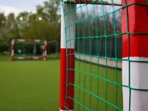 Voetbalpoorten in wit worden geschilderd die en rood royalty-vrije stock afbeelding