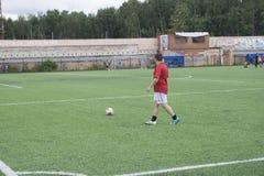 Voetbalpraktijk op de praktijk van de gebiedsvoetbal op het gebied - Rusland Berezniki 25 Juli 2017 Royalty-vrije Stock Foto's