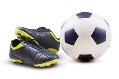 Voetbalschoenen en bal stock afbeelding