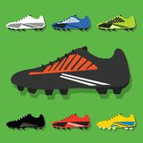 Voetbalschoenen geplaatst pictogrammen op groene achtergrond Royalty-vrije Illustratie