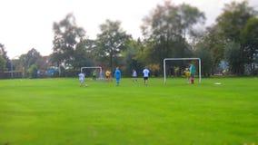 Voetbalspel met speler op groen gebied stock footage