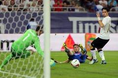 Voetbalster die bal schieten Royalty-vrije Stock Afbeeldingen
