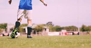 Voetbalster die de bal controleren stock footage