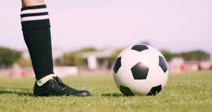 Voetbalster die de bal schopt stock videobeelden