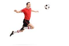 Voetbalster die een pas op zijn borst ontvangen stock foto's