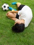 Voetbalster liggen verwond op de hoogte stock afbeeldingen