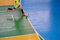 Voetbalster op gebied, Futsal-balgebied in de gymnastiek binnen, het gebied van de Voetbalsport Stock Foto