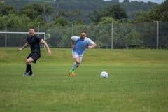 Voetbalsters die voetbal in de grond spelen royalty-vrije stock afbeelding