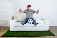 Voetbalventilator die TV-voetbal op gelijke letten lijdend aan spanning zenuwachtig c Stock Fotografie