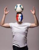 Voetbalventilator van het nationale team van Frankrijk met bal op hoofd en omhoog handen Royalty-vrije Stock Afbeelding