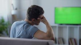 Voetbalventilator zenuwachtig het letten op gevaarlijk ogenblik in bepalend woordgelijke, de concurrentie stock footage