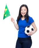 Voetbalventilators die bal houden en de vlag van Brazilië golven Royalty-vrije Stock Afbeelding