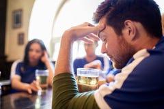 Voetbalventilators die op voetbalwedstrijd letten bij bar of bar Stock Foto