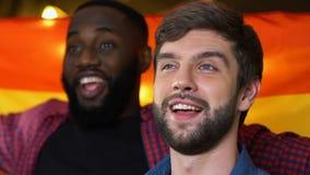 Voetbalventilators die Spaanse vlag golven, die volkslied zingen vóór gelijke, liga stock footage