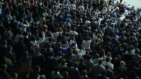 Voetbalventilators gesynchroniseerde acties, één hand die, stadion opheffen stock videobeelden