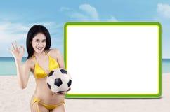 Voetbalventilators met copyspace bij strand royalty-vrije stock afbeeldingen