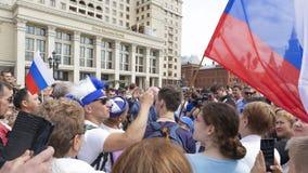 Voetbalventilators met de vlag van Rusland, Moskou Stock Foto