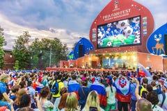 Voetbalventilators op het vierkant die van Minin ` s de Levende uitzending van voetbalwedstrijd wathing stock foto's