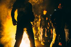 Voetbalventilators vóór het spel in rook stock afbeelding