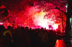 Voetbalventilators vóór het spel in rook vóór het spel stock afbeeldingen