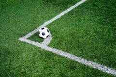 Voetbalvoetbal op de lijn van de Hoekschop stock afbeelding