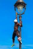 Voetbalvrij slag Iya Traore die met een Voetbalbal jongleren voor Stock Foto's