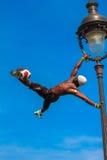 Voetbalvrij slag Iya Traore die met een Voetbalbal jongleren voor Royalty-vrije Stock Fotografie