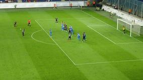 Voetbalwedstrijd De speler noteert een doel stock videobeelden