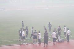 Voetbalwedstrijd die wegens rook van vuurwerk wordt tegengehouden Stock Foto