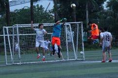 Voetbalwedstrijd - doelbewaarder face to face met de bal in Hanoi, Vietnam - Juli, 29,2018 stock foto