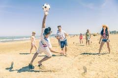 Voetbalwedstrijd op het strand stock foto