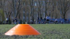 Voetbalwedstrijd tussen kinderen` s teams, Voetbalgelijke stock videobeelden
