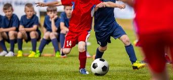 Voetbalwedstrijd voor jonge spelers Opleiding en voetbal voetbaltoernooien voor kinderen stock afbeeldingen