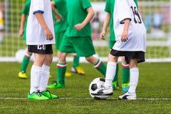 Voetbalwedstrijd voor kinderen Opleiding en voetbal voetbaltourna Royalty-vrije Stock Foto's