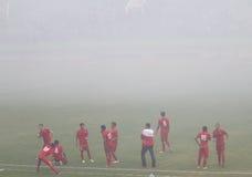 Voetbalwedstrijd wegens rook van vuurwerk wordt tegengehouden dat Royalty-vrije Stock Foto